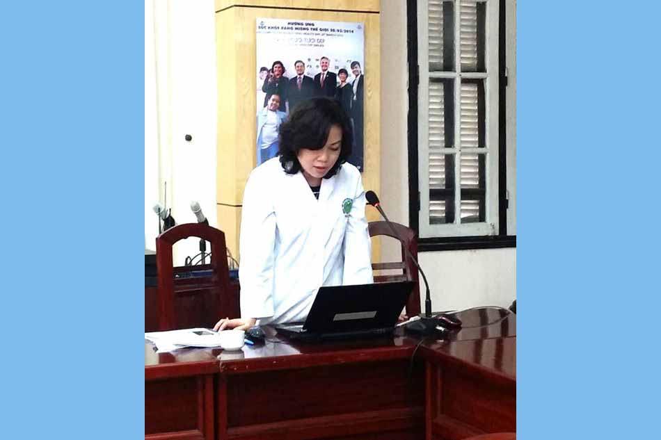 TS. Nguyễn Thị Hồng Minh (Bệnh viện Răng Hàm Mặt Trung Ương Hà Nội) đại diện nhóm nghiên cứu trực tiếp báo cáo kết quả.