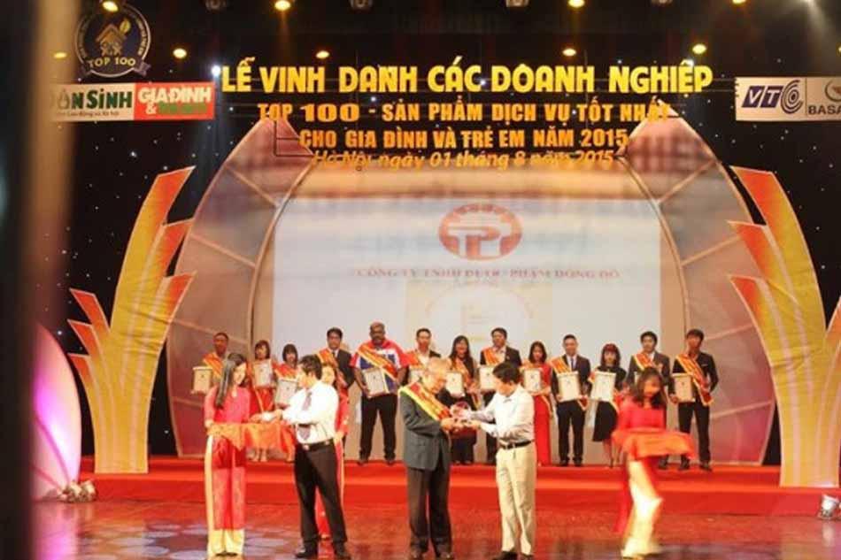 Đại diện nhà phân phối IgYGate DC-PG lên nhận giải thưởng chương trình