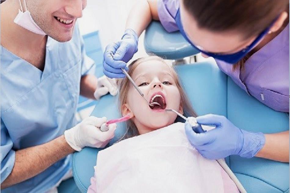 Cần đưa trẻ đến khám nha sĩ khi phát hiện răng sâu. (Ảnh minh họa)