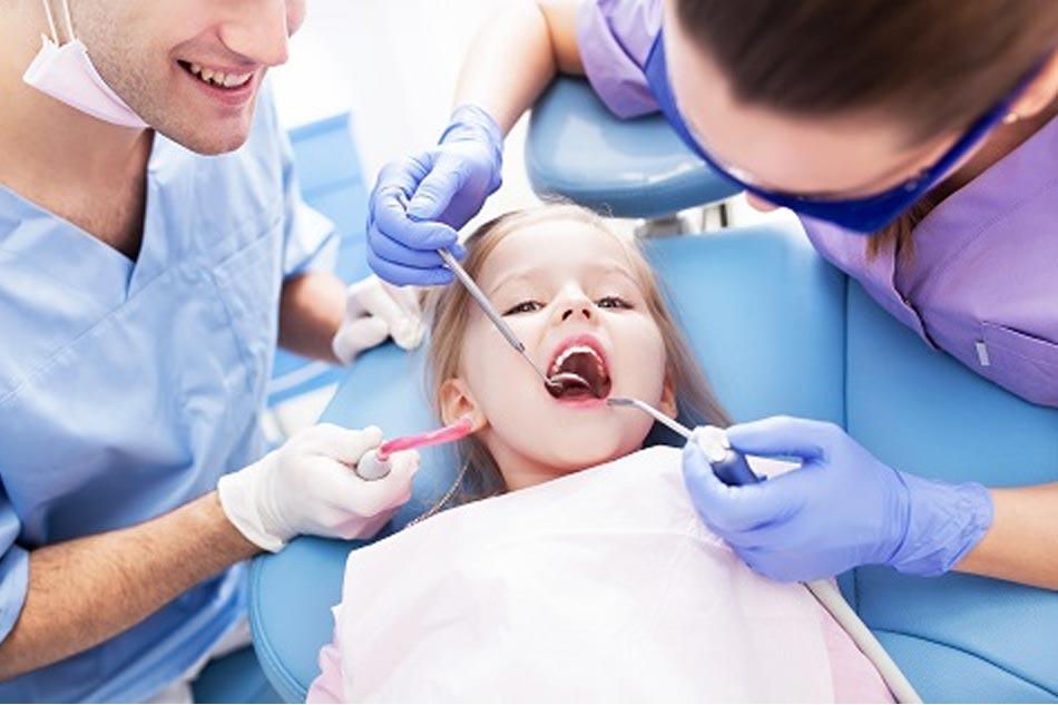 Cần đưa trẻ đến khám nha sĩ khi phát hiện răng sâu