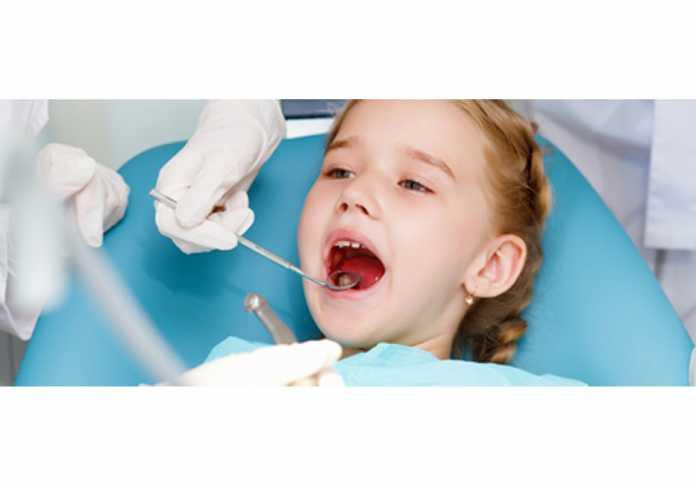 Cha mẹ hãy thường xuyên kiểm tra chất lượng răng của con để giúp con phát hiện và khắc phục kịp thời tình trạng men răng yếu.