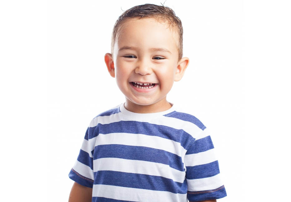 Cha mẹ cần hướng dẫn và giúp đỡ trẻ vệ sinh răng hằng ngày, đảm bảo răng sạch khoẻ, loại bỏ các mảng bám của thức ăn thừa.